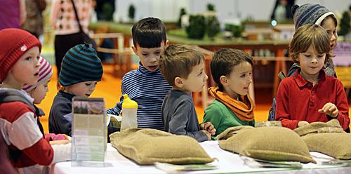 外媒:儿童幼年家庭学习环境可影响中学学业