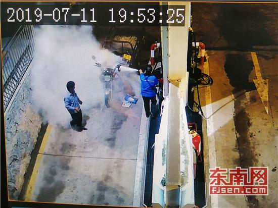 三明永安:加油站车辆意外自燃 加油员10秒灭火