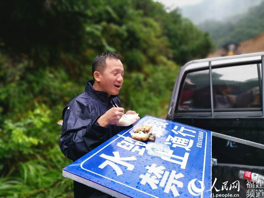 """福建武夷山:经过近40小时作业 4万余人的交通""""生命线""""临时便道通车"""