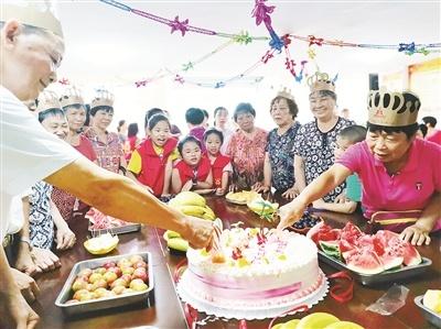 华安:10位留守儿童为老人举办集体生日会