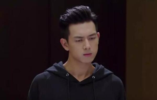 亲爱的热爱的:韩商言淋雨病倒,梦中紧抱着佟年,?#25509;?#19981;要离开