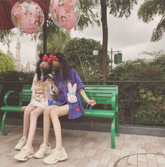 李嫣与闺蜜拍写真什么情况?T恤搭配大长腿的造型引热议