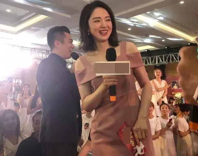 与高云翔离婚后首现身,董璇粉色高叉裙很优雅,全程微笑心情不错