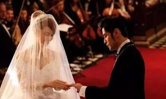 楊穎婚紗100萬張馨予婚紗5萬 而她的婚紗被放進了博物館