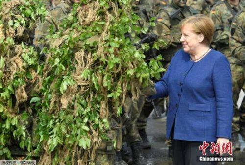 资料图:德国总理默克尔视察北约快速反应部队。