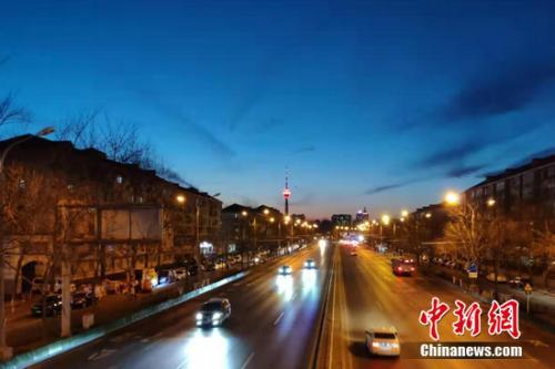 北京道路上行驶的汽车。 张旭 摄