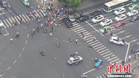 江苏常州一奔驰失控致13人受伤其中3人死亡