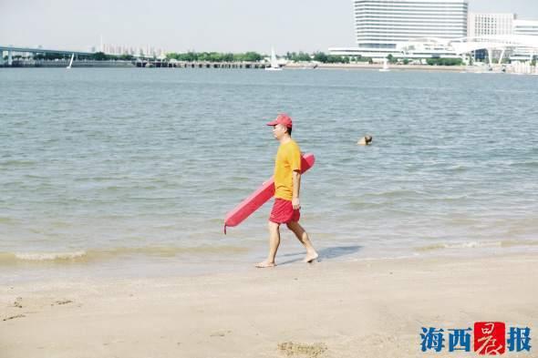 """50℃""""热浪""""衣服结出盐渍 海岸巡逻志愿者守护海域安全"""