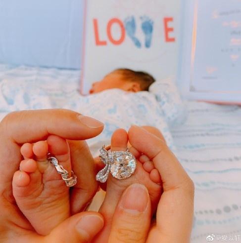 安以轩宣布产子,晒婴儿照不忘炫富?儿子一出生就带钻太逗了
