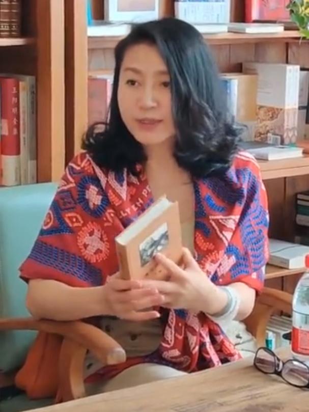 51岁王小丫参与读书会近照曝光 半卷短发展温婉知性