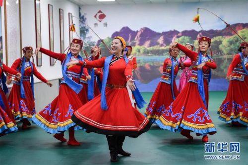7月16日,在赤峰市松山区兴安街道临潢家园社区的排练大厅,乌兰牧骑队员在排练节目。新华社记者 刘磊摄