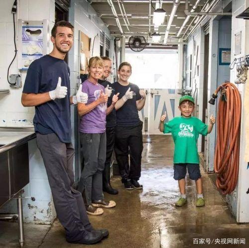 瑞恩和他的员工(图源:台媒)
