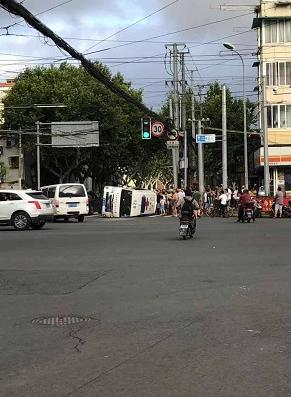 上海一凯迪拉克撞翻救护车 车上一病患家属不治身亡