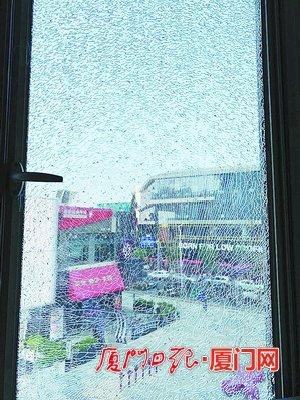 """天气太热?厦门集美一居民家中窗户玻璃裂成""""蜘蛛网"""""""