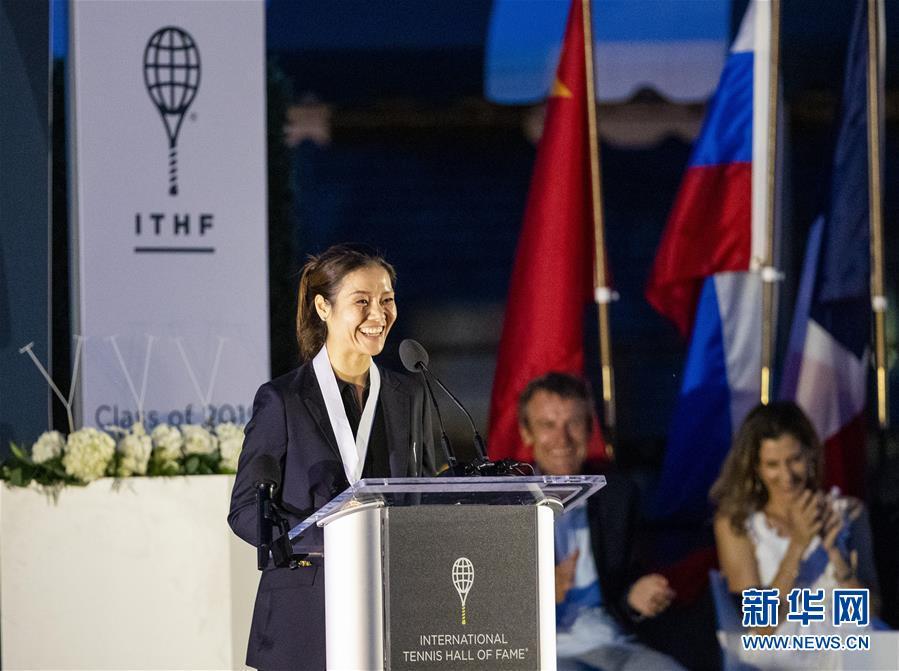 已退役5年的中国名将李娜20日晚正式加入国际网球名人堂(2)