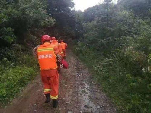 救援队沿路搜寻,图据江西应急管理厅