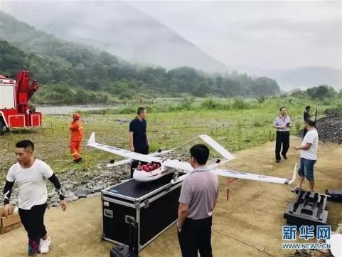 7月22日,搜救人员装备好无人机准备搜救(手机拍摄)。图据新华社