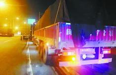 厦门交通执法部门凌晨出击联合执法 查获三辆超限货车