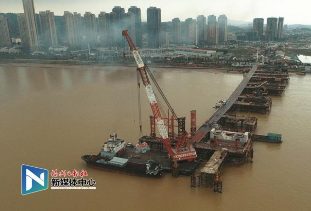 福州道庆洲大桥跨江主桥钢桁梁首件吊装成功