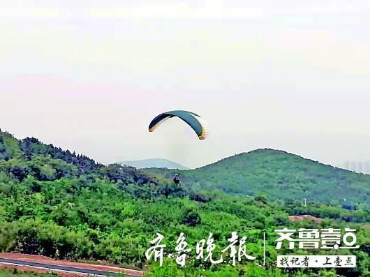 青?#28023;?#28216;客体验滑翔伞,和教练一起从30米高空坠地,或因遇乱流