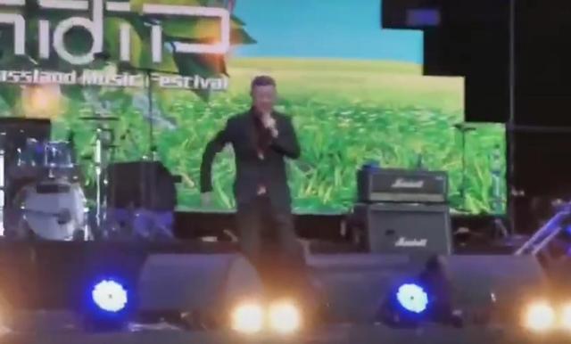 51岁歌手韩磊演出舞台上突然摔倒,顺势帅气后空翻巧妙化解尴尬