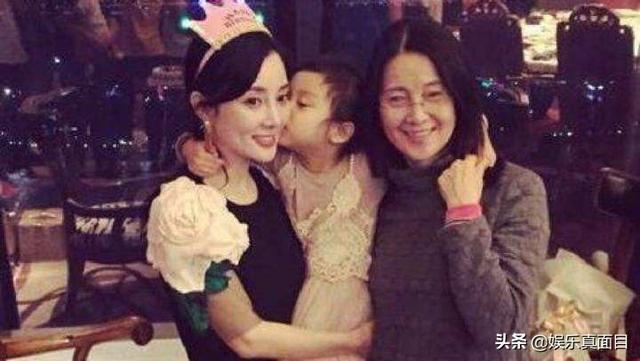 7岁甜馨与李小璐逛街被拍,甜馨发现镜头后,表情令人心酸