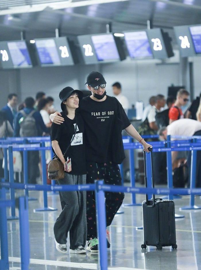 刘翔吴莎穿情侣装现身机场 两人么幸福甜蜜