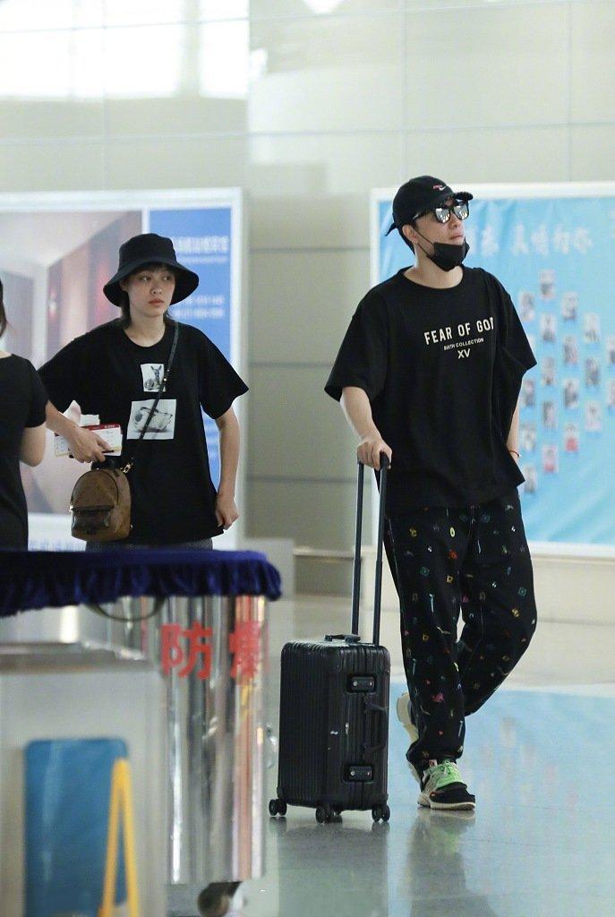 刘翔吴莎穿情侣装现身机场 两人幸福甜蜜