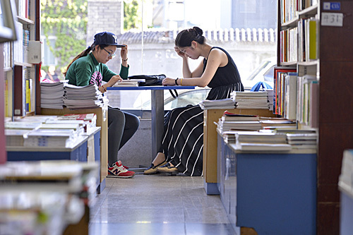 爱上而后方才明白他�f读书的暑假 俄媒揭秘北京年轻人为何在书店度夏