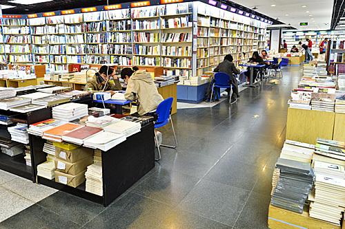 爱上读书的暑假 俄媒揭秘北京年轻人为何在书店度夏
