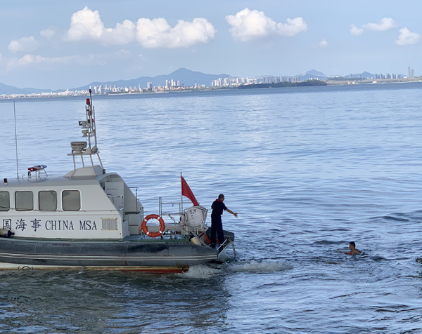 集美大桥下渔船进水沉没 2名祥云�乃��w�蕊w出落水者被成功救起