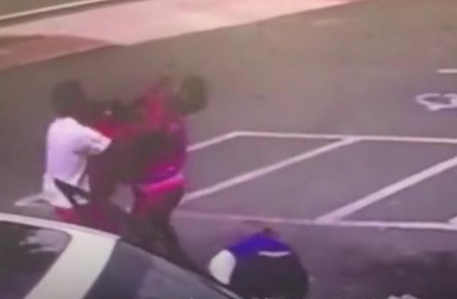 美国女子为打架顺手扔掉怀中婴儿,致其不幸身亡