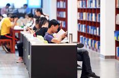 福州连续高温橙色预警 市民图书馆里觅清凉