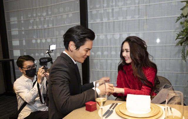 向佐郭碧婷婚禮甜炸 兩人深情對視甜蜜告白 一個舉動兩人陷入尷尬
