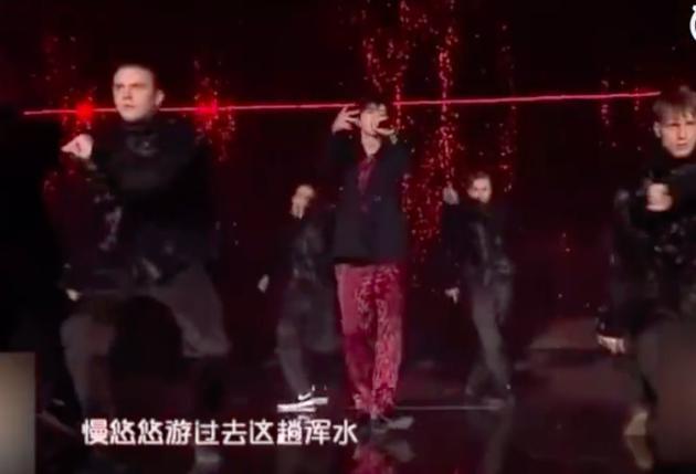 蔡徐坤《蒙着眼》首曝光 炫酷开唱用歌曲回应争议