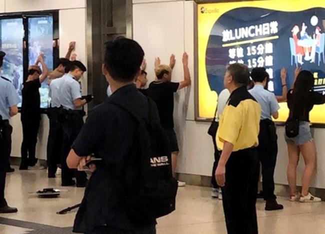 6男2女今日在港铁车厢内持伸缩棍,港警接报后拘捕!
