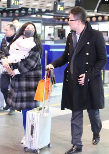 姚笛与富二代男友被曝已结婚领证,两人高调现身机场让人羡慕!