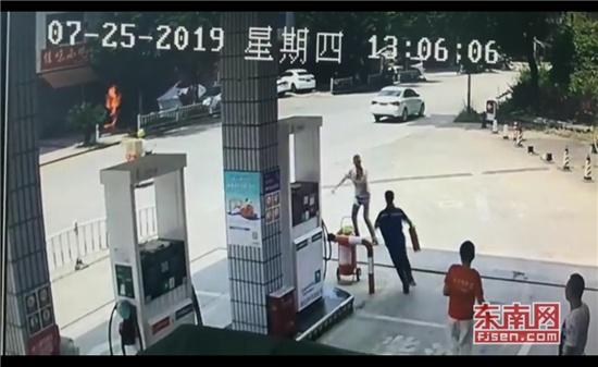 三明一修车店突发火灾 加油员20秒扑灭