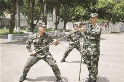 陈志超:既然穿≡上军装,就要为←群众负重前行