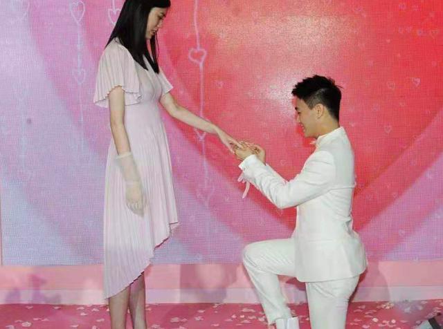 奚梦瑶小腹凸起孕味十足,奚梦瑶怀孕几个月了老公是谁?