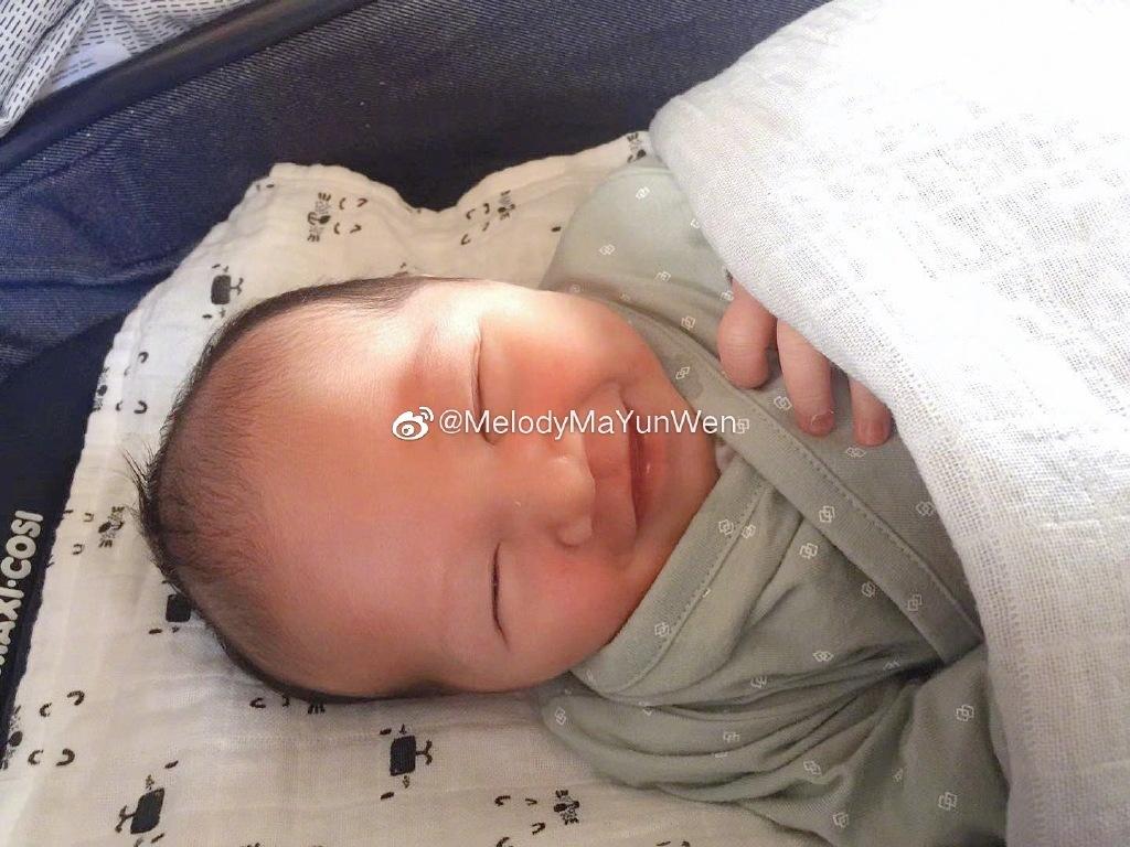 前女排国手马蕴雯产下混血宝宝,老公帮喂奶,小孩衣服全部定制