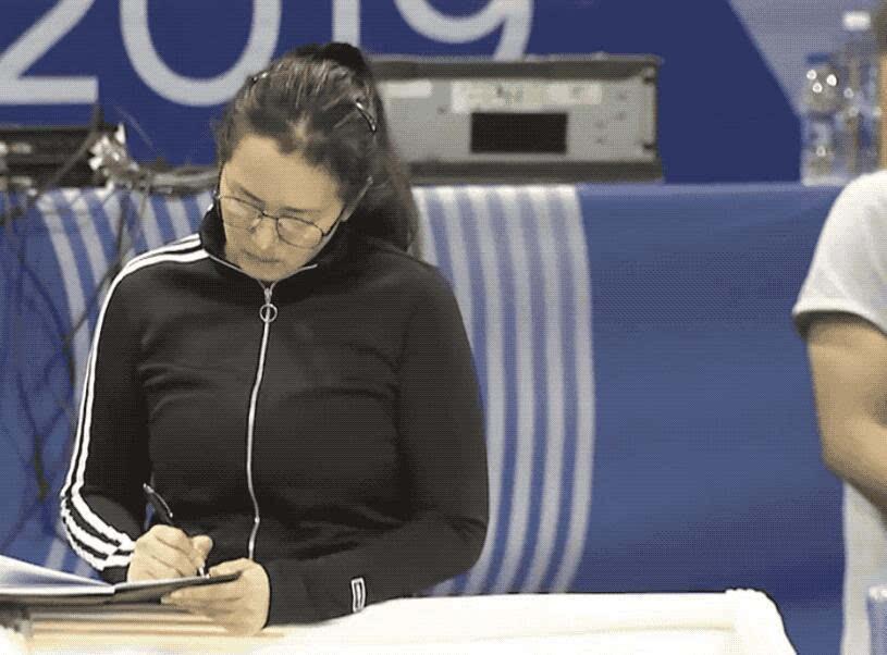 巩俐现身中国女排训练现场 神情专注不时做笔记