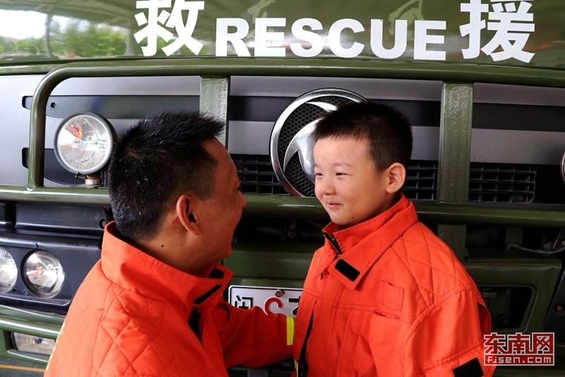 """""""爸爸,你什么时候回家?""""一组特殊消防亲子照记录父子情深"""