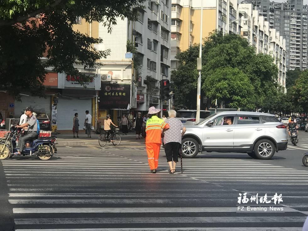福州:拄拐老人蹒跚过街 环卫女工温暖护送