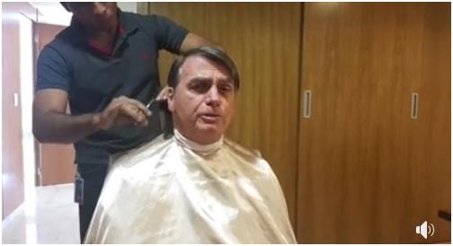 """巴西总统直播理发 外媒表示:是对法国外长的""""怠慢"""""""