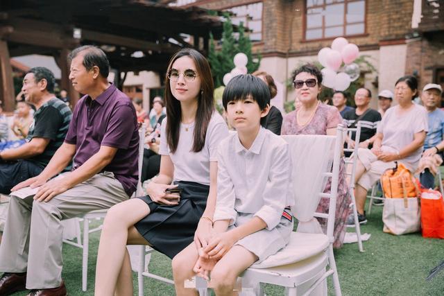 董洁带10岁帅儿子出席婚礼 高颜值母子似姐弟