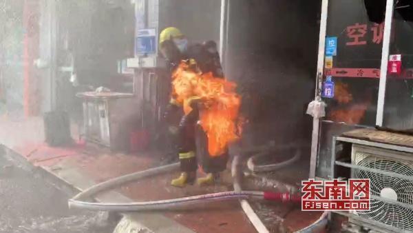 莆田:饭店起火煤气罐泄漏 消防员安全转移