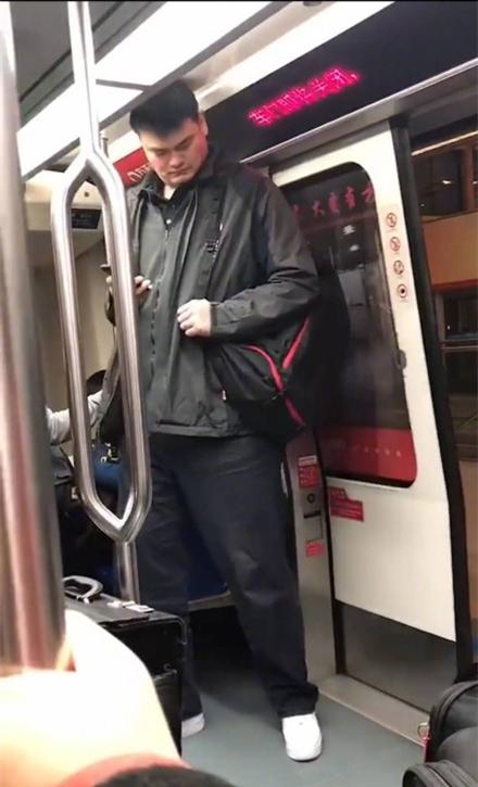 姚明坐地铁顶车顶怎么回事 姚明坐地铁去哪 姚明坐地铁组图