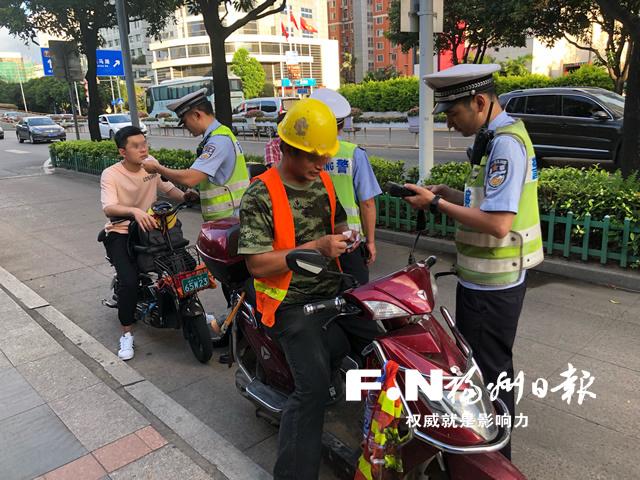 福州鼓楼交警1小时查处25起非机动车交通违法行为