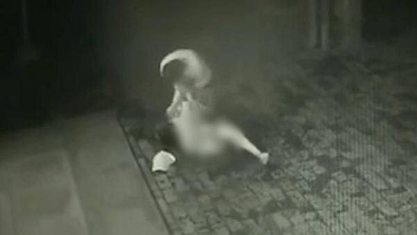 女子深夜被抢劫过程还原,女子深夜被抢劫现场画面曝光令人震惊